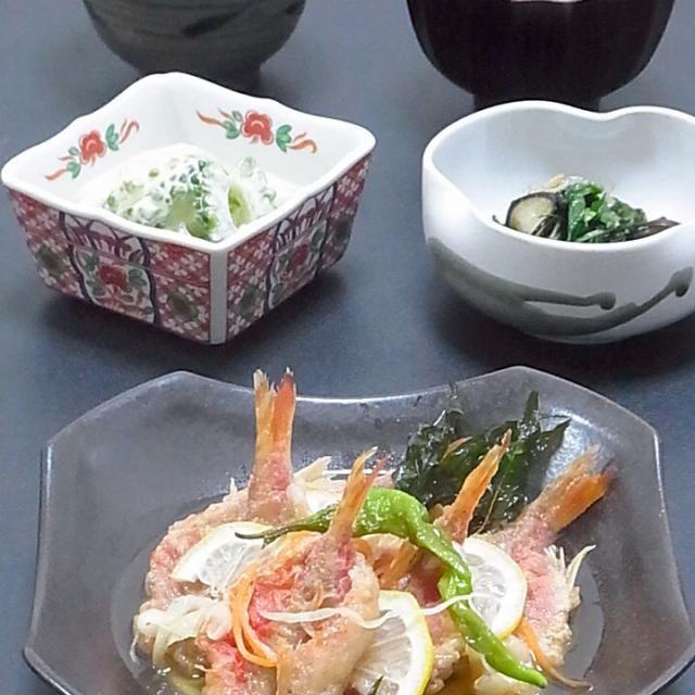 続き  「京唐菜」とは、京都市が京都大学と連携開発した新野菜の一種で、葉と茎を食べるために改良された唐辛子です。  夏場の葉物野菜が少ない時期に栄養満点の京唐菜を食べて元気に夏を乗り切ります!  今日も美味しかった! - 32件のもぐもぐ - 今晩は、ひめち南蛮漬け 人参 玉ねぎ 甘唐 京唐菜 レモン、京唐菜と茄子の田楽味噌炒め、ゴーヤとイカ燻の和え物、オクラの味噌汁 カマス出汁、枝豆ご飯  滅多に出会えないひめちが手に入ったので定番の南蛮漬けに。今度は酢ジメしてお寿司にしたいかな。  そして今日頂いた「京唐菜」を使ったお料理に挑戦! 「京唐菜」とは、京都市 by akazawa3