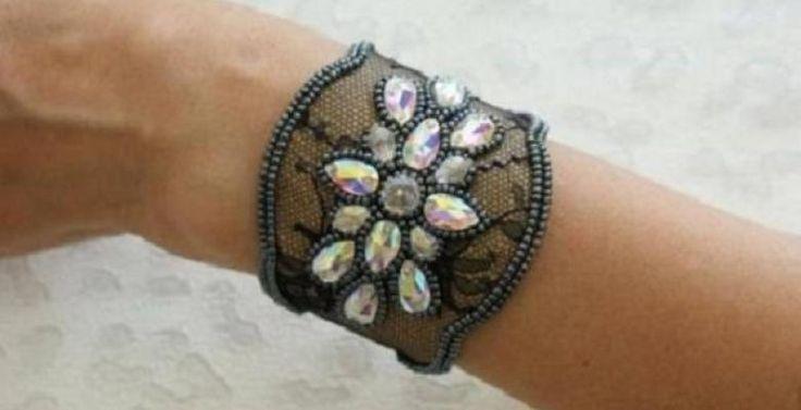 Vous pourrez faire un bracelet aussi joli que celui-ci, avec des matériaux faciles à trouver! Un look particulier, chic, très féminin, et délicat! Un petit côté ancien aussi! Avec de la dentelle noire, un collier de perles fines, de fausses pierres p