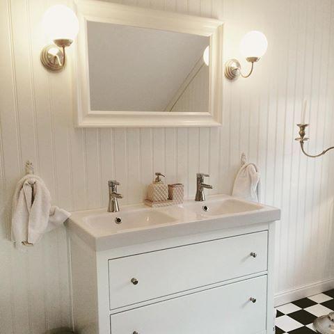 Badrummet på övre plan. Här har vi gott om utrymme och gott om ljusinsläpp från två fönster. Dubbelhandfat från #ikea . Pärlspont på väggarna och svart-och vitrutigt golv. #villaspira #fiskarhedenvillan #badrum #pärlspont #sekelskifte