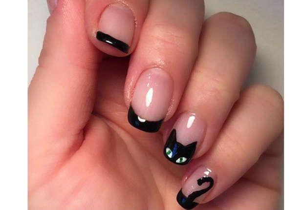 Nail art chat noirLe soir d'Halloween, tous les chats sont noirs. Pour dessiner le minois de celui-ci, utilisez un pinceau ultra-fin de liner. Si vous ne faites pas confiance à votre trait de pinceau, tracez les contours du chat en plusieurs fois.Posez la moitié d'un oeillet de classeur sur le bout de votre ongle, et dessinez son contour au vernis noir. Retirez l'oeillet et posez deux triangles sur le demi-cercle en guise d'oreilles. Remplissez la forme de vernis noir avec votre pinceau…