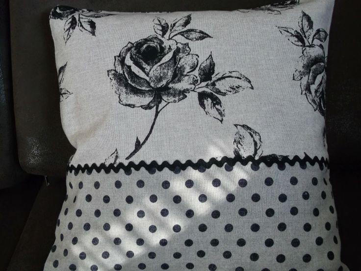 Czarno-biała poszewka z różą doskonale komponuje się z materiałem w kropki. Subtelna i urzekająca dekoracja. Polecam!