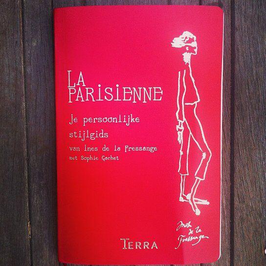 http://milledoni.nl/cadeau/la-parisienne Het bekendste Franse stijlicoon Inès de la Fressange deelt haar stijl-geheimen.  Ines de la Fressange is een van de bekendste Franse stijliconen. Ze is jarenlang model geweest – onder andere voor Chanel – en heeft met alle grote ontwerpers samengewerkt. Ines is als geen ander thuis in de wereld van de mode en de goede smaak.   In dit boek deelt Ines haar geheimen. Behalve een heel praktisch boek is La Parisienne ook een onmisbare reisgids voor de…