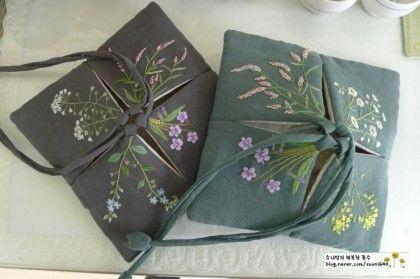 작은 풀꽃들 수 놓았어요~♧ 시계 방향으로 제비꽃, 냉이꽃. 꽃마리, 여뀌.. 또 제비꽃, 꽃다지, 개망초, ...