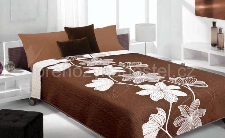 Hnědý oboustranný přehoz na postel s květinami