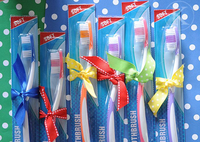 colored toothbrushes as favors for the candyland theme
