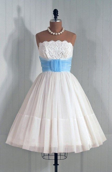 I have this opinion that wedding dresses should be at least a little poofy and ballgownish because when else could you wear something like that but your wedding? But if I was not so married to that opinion...Iwould get married in this.