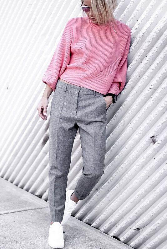 Rien de tel qu'un pull rose barbe à papa pour twister un sage pantalon gris ! (blog Happily Grey)