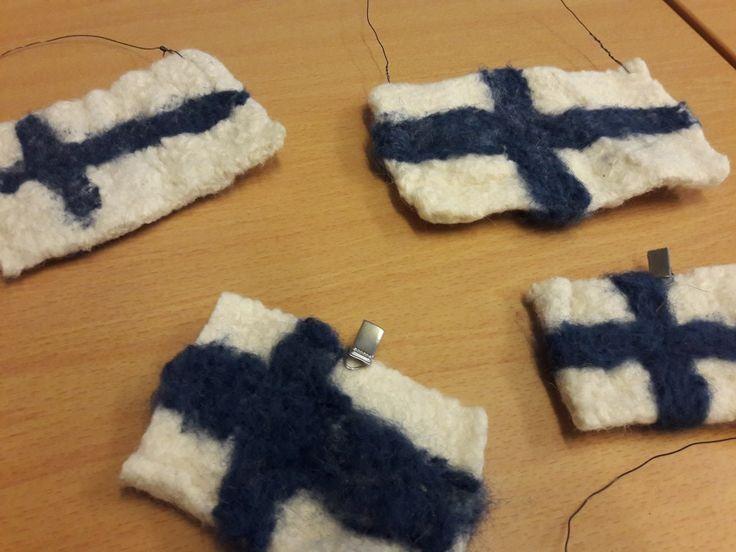 Huovutettu Suomen lippu  - kudonta huopuvalla langalla & neulahuovutus