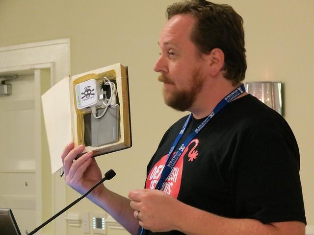 Fonctionnant un peu comme DropBox, la petite chose a été créée par Jason Griffey, directeur de la bibliothèque universitaire de l'université du Tennessee. Ce dernier a été interpellé par PirateBox, un routeur indépendant qui permet à tout à chacun qui s'y connecte d'y stocker n'importe quel fichier, mais aussi de se servir dans le même dossier.
