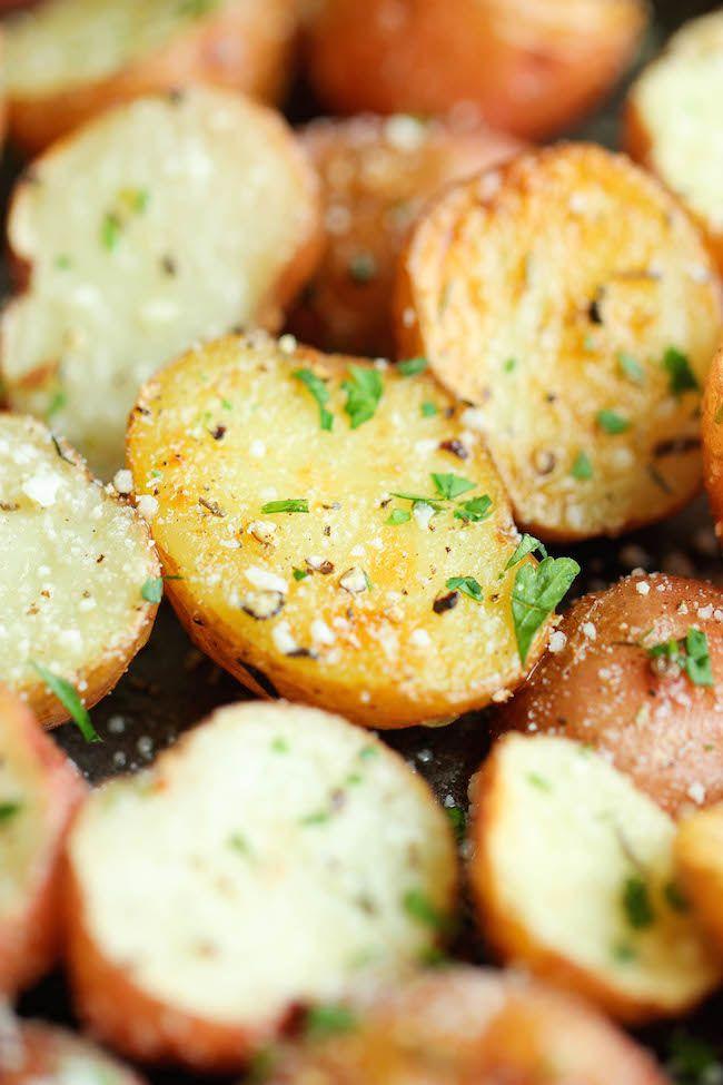 Knoflook Parmezaanse Geroosterde Aardappelen - Deze boterachtige knoflook aardappelen worden gegooid met Parmezaanse goedheid en geroosterde krokant-tender perfectie!