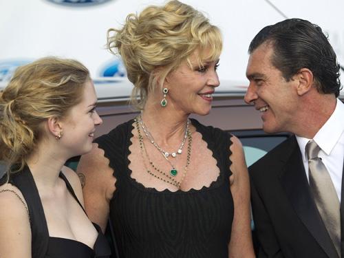 Antonio Banderas desmiente los rumores de ruptura con Melanie Griffith en la gala Starlite #people #celebrities #actor