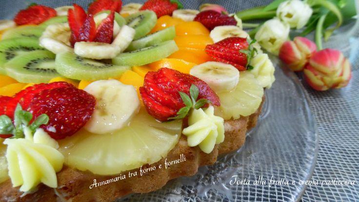 Torta alla frutta e crema pasticcera. Un dolce spettacolare e buonissimo con una morbida base, coperta di crema pasticcera e frutta.