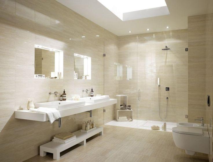 salle de bain travertin en beige pastel et blanc neige