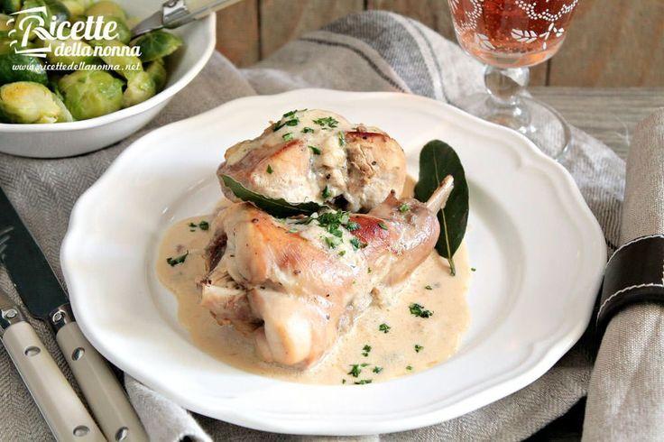 Un secondo piatto facile e saporito il coniglio in rosa sfumato con il vino rosè è una portata ideale per i grandi pranzi in famiglia. Accompagnatelo da della fresca verdura cruda o scottata al vapore.