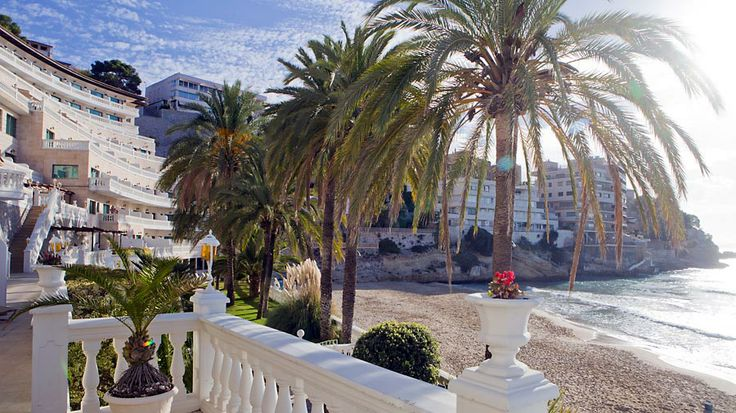 Cala Mayoria suosii myös Espanjan kuningasperhe, jonka Marivent-palatsi sijaitsee aivan naapurissa. Yhdessä Mallorcan saaren vanhimmista lomakohteista nautitaan auringosta pienen poukaman rannalla, taiteesta Joan Miró -museossa sekä shoppailusta Mallorcan suurimmassa Porto Pi -ostoskeskuksessa. #Aurinkomatkat #AurinkoMallorca #CalaMayor #Mallorca