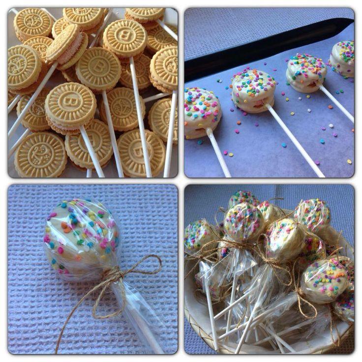 Lo saque de el facebook Inutilismas - COOKIE-POPS!! Clavar palito en galletita que elijan. Bañar en choco blanco o negro. Decorar y hacer paquetitos.