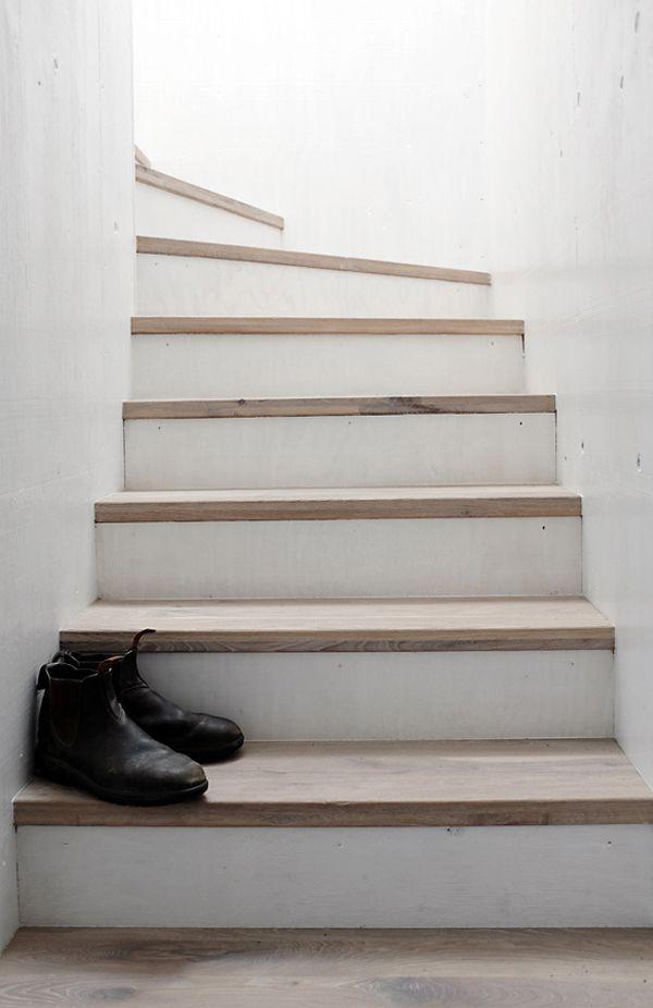 Weiße Treppe mit Holzstufen