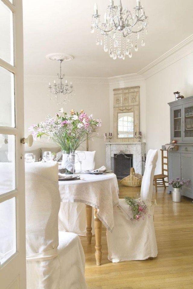 shabby chic wohnbereich blumen weiße stuhlbezüge kronleuchter