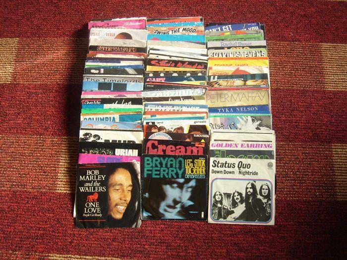 Collectie van 144 Singles van Stevie Wonder Donna Summer Paul Young de Golden Earring modder room de Osmonds Slade enz.  In goede conditie zie scant.Modder-TigerfeetGolden Earring-She flies op vreemde vleugelsLynsey de Paul-suiker mePaul Young-alles moet veranderenPeter Maffay-DuTears for Fears-ShoutHot Chocolat-Cheri babeDuran Duran-Save een gebedStatus-Quo-Down downAlice Cooper-Hello hoorayBee Gees-te veel hemelHuey Lewis en de nieuws-geplakt met uUB 40-Please don't make me huilenJoe…
