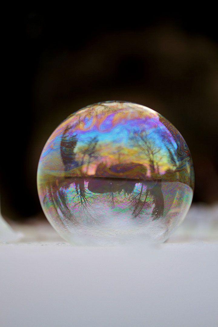 Angela Kelly - Un petit garçon souffle des bulles de savon qui se cristallisent dans le froid hivernal