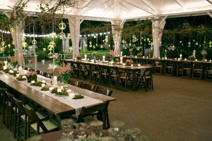 Zelt Garten Hochzeit Deko aus lachsfarbenen Astilben und Moos  Deko  Hochzeitslocation