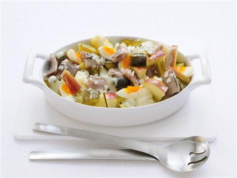 Haringsalade met augurk, aardappel, ei en appel