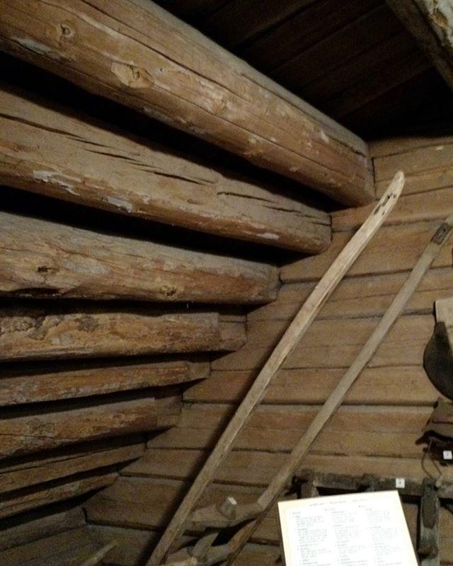 Ennen oli katot tuohta ja asukkaat rautaa. Tämä järeä vuoliaisrivistö on peräisin ajalta jolloin nykytyyppisiä kattotuoleja ei ollut käytössä, eivätkä kovin heppoiset kattotuolit olisi jaksaneetkaan kantaa niitä kuormia mitä kyseisen aikakauden kattoratkaisut painoivat. Kattojen vettäpitävä kerros oli tuolloin limiin ladottua tuohta joka asetettiin vuoliaisten varaan kiinnitettyjen alusmalkojen, eli halkaistujen puunrunkojen päälle. Tuohen päälle laitettiin sitten painoksi ja suojaksi…