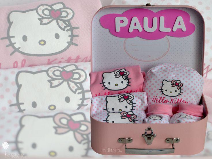 ¿Os gusta Hello Kitty? ¿no creéis que este bonito conjunto con un práctico maletín puede ser un bonito detalle para esa princesita que ha nacido? #tartadepañales #regalobebe #regalosoriginales #canastilla #tartasdepañales #hellokitty #babyshower