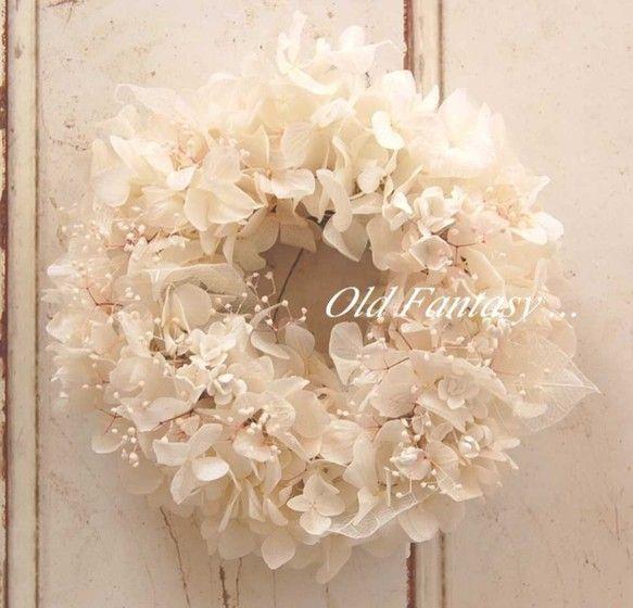 プリザーブドの白あじさいの花をベースにドライのカスミソウと小花をアレンジしました。小花は粘土で作っています。スケルトンの葉っぱが可愛い小さなリースです。素材 ...|ハンドメイド、手作り、手仕事品の通販・販売・購入ならCreema。