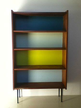 bibliothèque années 50 repeinte en bleu foncé, vert d'eau, jaune citron et bleu ciel par les soins de Madame Acétone