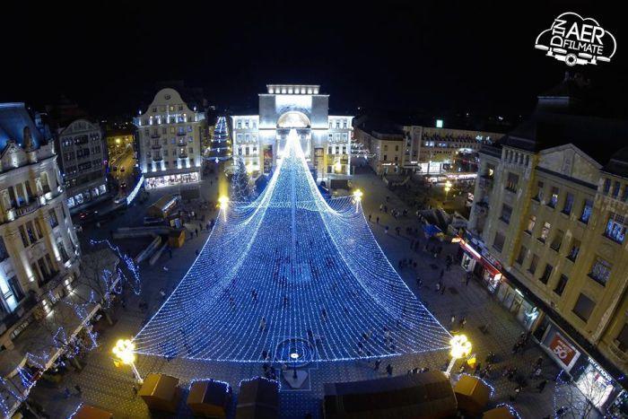 http://www.opiniatimisoarei.ro/wp-content/uploads/2015/01/cupola-lumini-centru-timisoara-sarbatori.jpg
