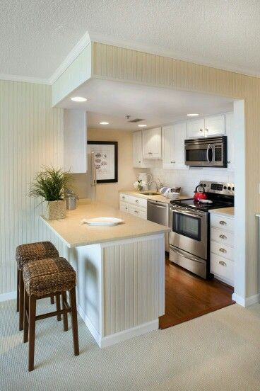 Dapur mininalis.. Ada meja makan kecil, bersih, dan rapih