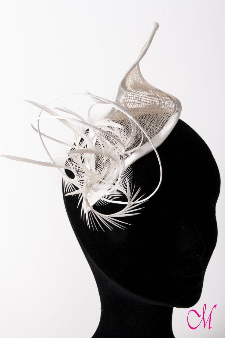 Tocado de novia en sinamay con plumas y fibra natural. www.monetatelier.com