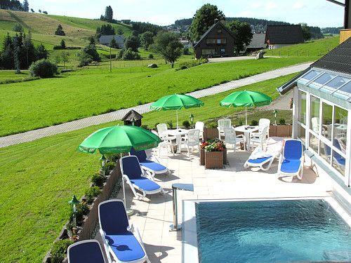 Auf den Liegen rund um den Pool verteilt kann man Sonne tanken