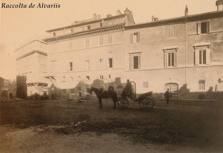 1882  Largo di Torre Argentina, lo stabile sulla destra Palazzo Strozzi non ancora del tutto demolito, ora Palazzo Besso.