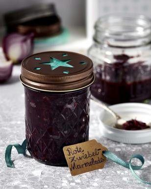 Rote Zwiebel-Marmelade Rezept: Gläser,Zwiebeln,Olivenöl,Salz,Muscovado-Zucker,Rotwein,Sherry-Essig,Johannisbeer-Gelee