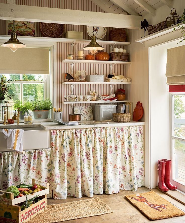 I Love The Tiny Shelf Above The Window Love Tree Tiny Window Avec Images Cuisine Shabby Chic Decor De Cuisine De Ferme Decoration Cuisine