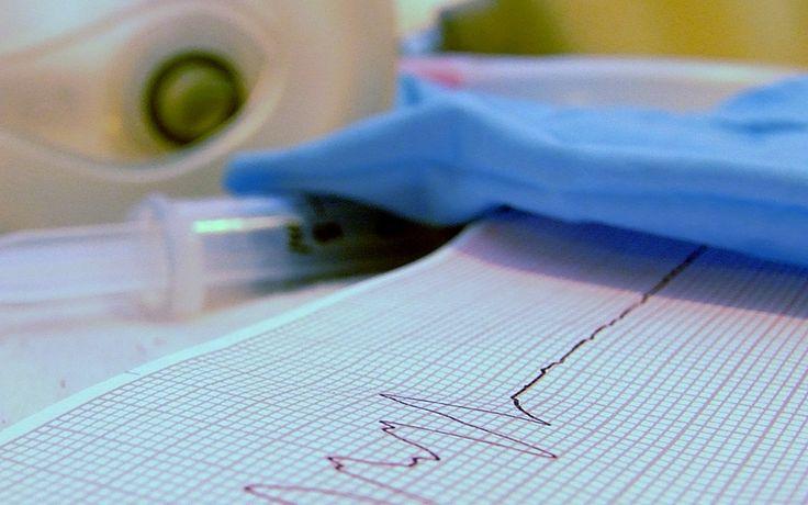 Der als Folge des Herzinfarktes entstandene Schaden kann sich komplett zurückbilden. Muss aber nicht! Die am Herzmuskel entstandene Narbe beeinträchtigt die Pumpleistung des Herzens woraufhin der Organismus gegen diese Einschränkung angeht indem er den Druck mit dem das Herz seine Arbeit verrichtet erhöht da er die Gefäße in der Peripherie eng stellt und die Frequenz mit der das Herz schlägt erhöht. Der schon geschädigte Herzmuskel droht nun, Gefahr zu laufen, erst recht schlapp zu machen.
