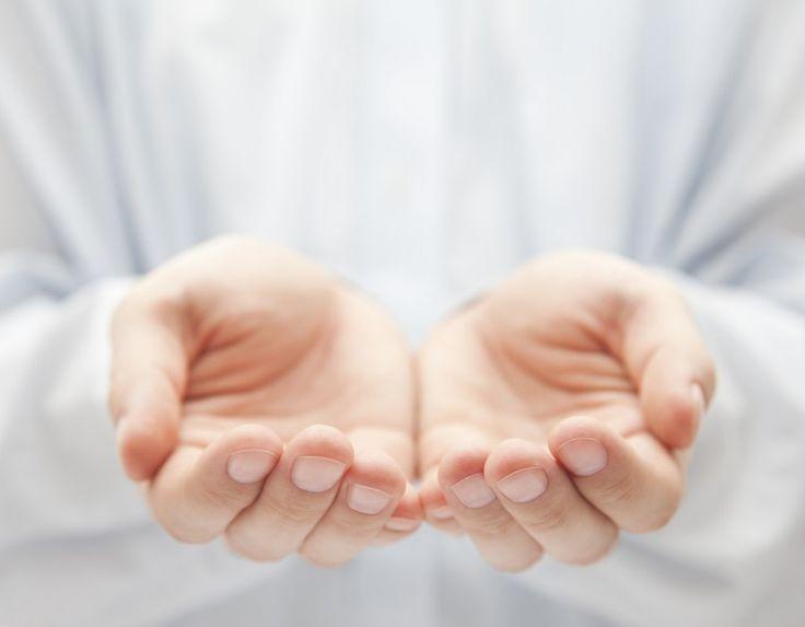 Aranyosi Ervin: Üres kézzel jövünk – megyünk!   Mikor a Földre érkezünk, nagyon üres mindkét kezünk, s mikor a Földről távozunk, csak annyink lesz, amit hozunk.  Ezért ne is gyűjts kincseket, a kincs, s vagyon mind itt reked! Csak lelked lehet gazdagabb, ha jól érezted itt magad.  Mi a tiéd e létben itt? Ha vannak szép emlékeid! Azt nem veheti senki el, s viszed, ha egyszer menni kell!