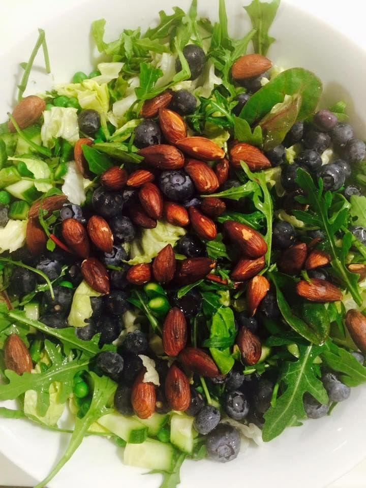 Toplækker salat: ★ grøn salat ★ agurk ★ broccoli / asparges ★ lidt avokado ★ blåbær ★ ristede, saltede mandler ★ lidt olie, salt og peber. Rist mandlerne ved middelhøj varme og når de tager farve, tilsættes salt og olie og varmen slukkes. Når de er afkølede drysses de over salaten, der er genial at spise med kylling eller fisk.