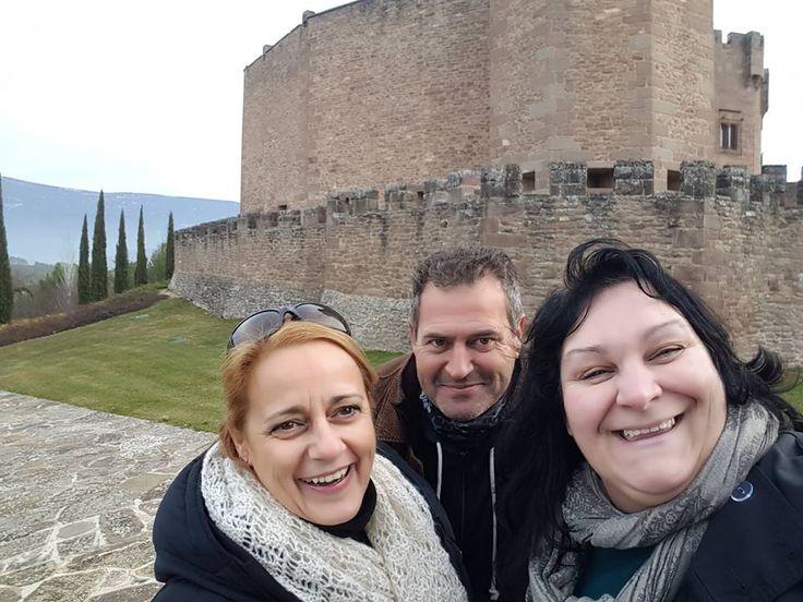 Le seguimos enseñando Navarra a Alessandra. Hoy toca el Castillo de Javier.... ¡Qué frío hace por aquí!!! Pero la estamos pasando genial. http://blog.GustavoyEly.com
