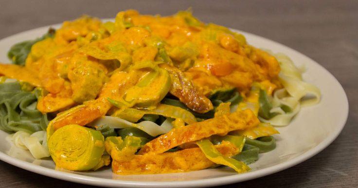 Saffransdoftande sås med kallrökt lax och paprika, serveras med pasta.
