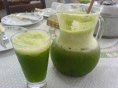 Ingredientes 2 folhas de couve (com o talo e picadas) suco de 1/2 limão suco de 3 laranjas 1/2 copo de leite