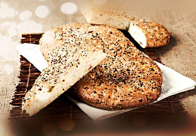 Υλικά: 3 φλιτζάνια του τσαγιού αλεύρι για όλες τις χρήσεις 2 φλιτζάνια του τσαγιού αλεύρι κίτρινο 2 φακελάκια ξερή μαγιά (16 γρ.) 1/2 φλιτζάνι του τσαγιού ελαιόλαδο 1 φ
