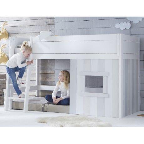 """Vous avez plébiscité la première série de lits cabane Nathan! Le revoici donc, dans une version encore améliorée : l'échelle est désormais en pente pour confort optimal, et le lit cabane pourra se transformer soit en lit banquette, soit en lit """"classique""""… une caractéristique bien utile lorsque votre enfant grandira!  La structure est toujours en pin massif et bénéficie d'une construction de haute qualité : les engagements Alfred à un prix ultra compétitif! Sommier inclus. Matelas et ..."""