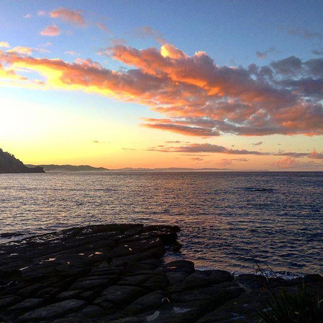 Sunsets over Goat Island Marine Reserve.  #goatisland #marinerrserve #sunset #beach #nzmustdo #traveldestinations #travel #travelblog #newzealand #dametraveller #clouds #ocean #leigh
