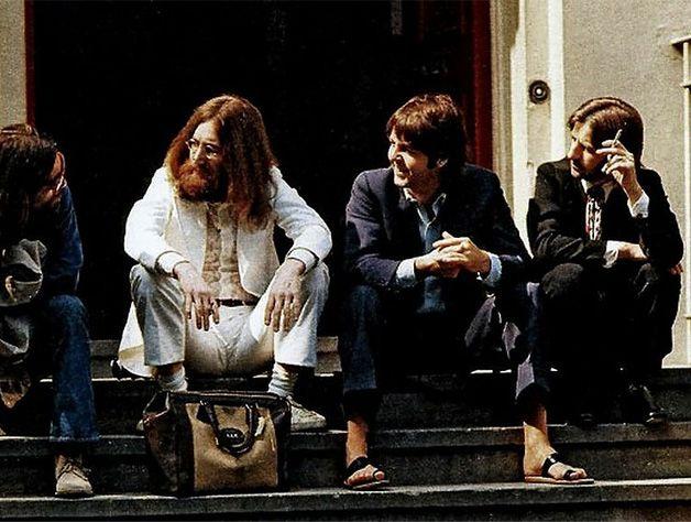 The Beatles, além de longe ser a banda mais influente na música moderna, é a banda que possui uma das capas de álbum mais emblemáticas do mundo. Sim! Estamos falando da capa de Abbey Road (1969). Aquele onde aparece os 4 integrantes atravessando a rua sobre a faixa de pedestre. A foto foi feita na rua também chamada Abbey Road e em fr...
