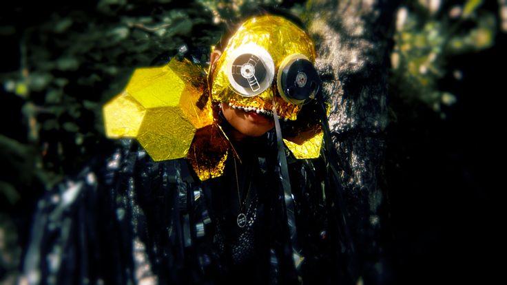 Masque rouleaux bandes vhs- couverture de survie et grelots dans le clip ramataupia.