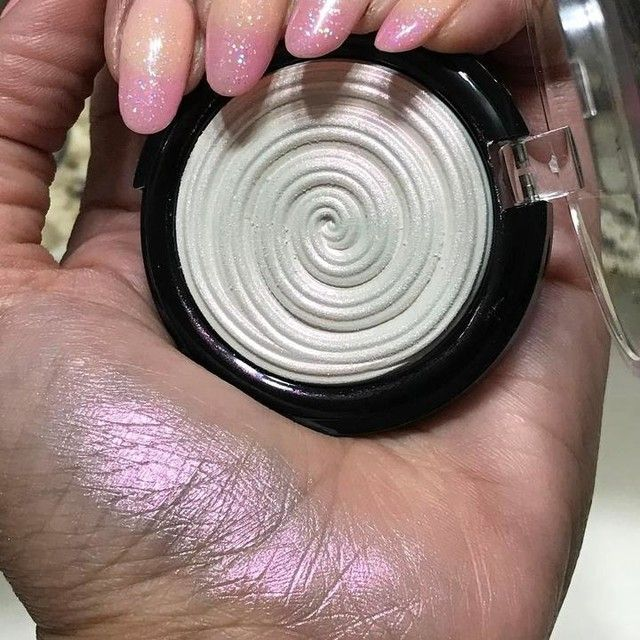 The 20th Anniversary edition of Laura Geller's fan-favorite Baked Gelato Swirl Illuminator.