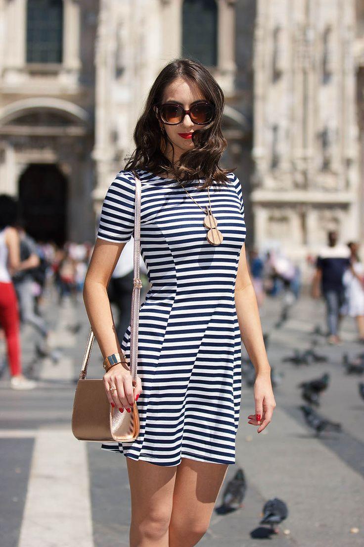 Vestido listrado e look em Milão, Italia. Confira mais de 15 modelos de vestido listrado para você arrasar no seu look e uma super dica para atualizar o vestido.